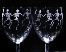 כוסות יין עם שלדים