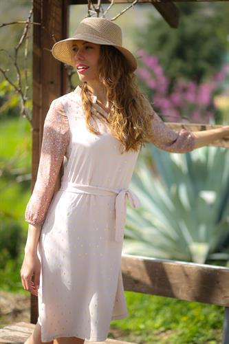 שמלת עירית שמנת זהב עם הדפס פרחוני.