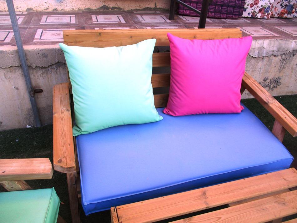 4 מושבי ספוג ו- 4 כריות מיועדים לפינות זולה או ספסלי גינה מרופדים בבד דוחה מים במגוון צבעים