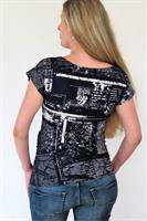 חולצת הריון חצי חצי - גב הדפס עיתון וחזית כחול כהה בתוספת כיס קטן