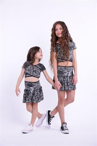 חצאית מיני וחולצת בטן לקטנות