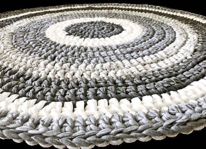 שטיח סרוג לחדר הילדים בשילוב הצבעים המבוקש של אפורים ואופוויט