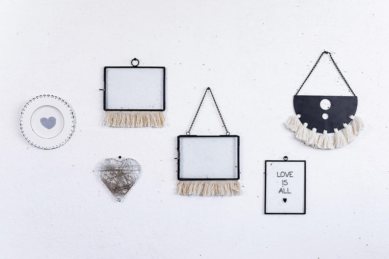 קיר מעוצב עם אלמנטים בשחור לבן