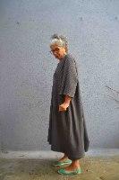 שמלה מדגם טל מבד ופל בצבע פלדה