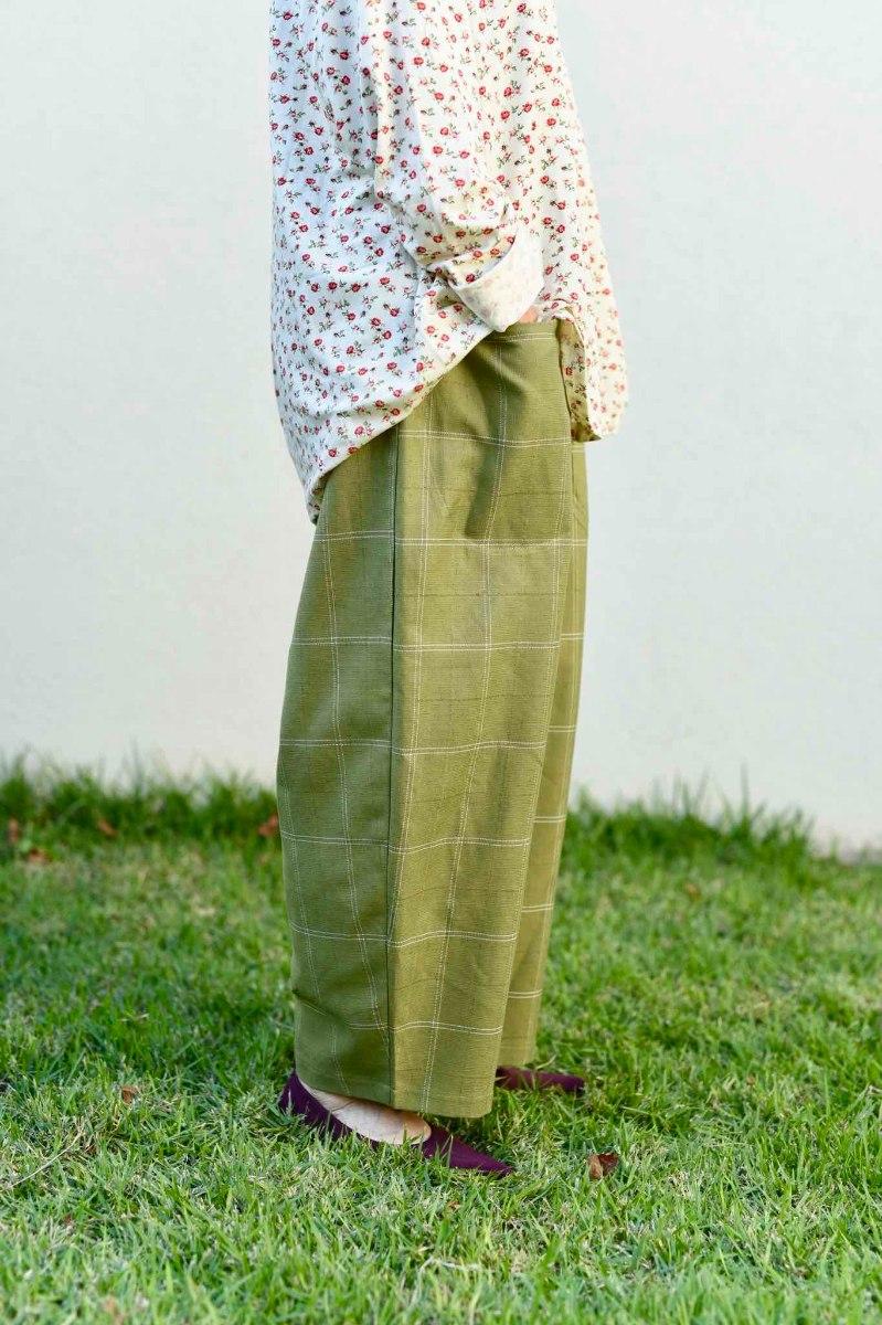 מכנסיים מדגם מיכאלה בצבע ירוק עם ריבועים גדולים