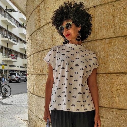 חולצת NAM - לבן עם הדפס אופנים שחורים