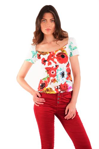 חולצה ניקי לבן ופרחים אדומים
