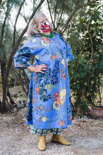 שמלה מדגם דניאלה עם הדפס פרחים רקע רויאל
