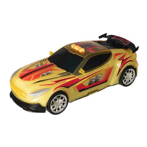 מכונית ספורט נוסעת עם אור צהוב