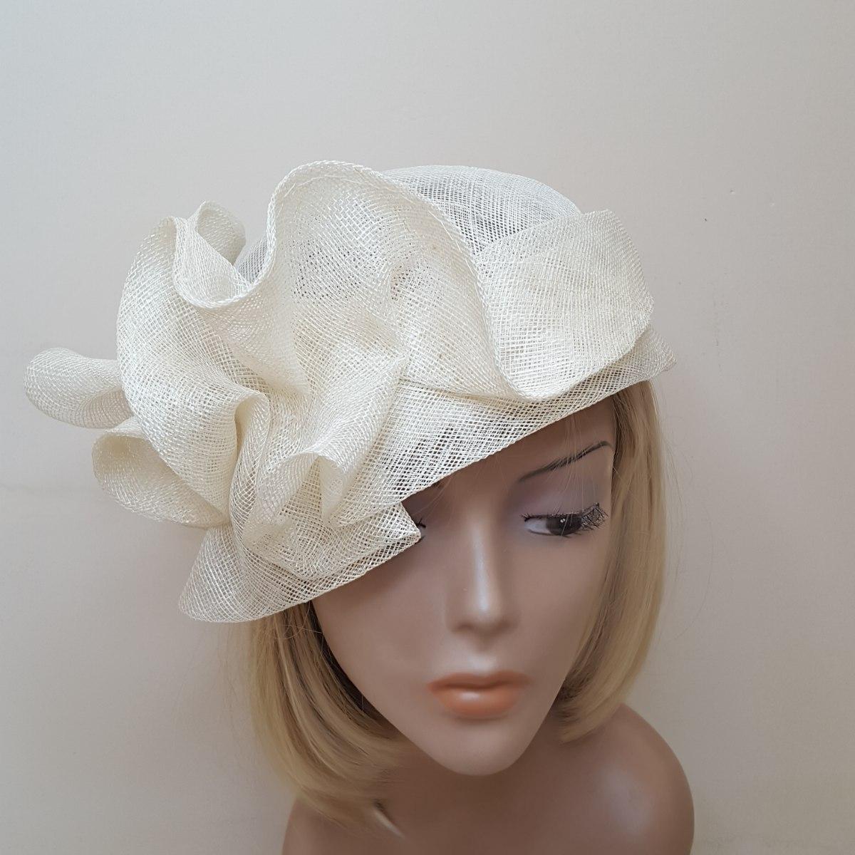 כובע לבן מעוצב דגם תלתלים