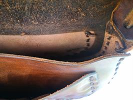 תיק עור בעבודת יד עם סלסולים וקישוטים פסיכים