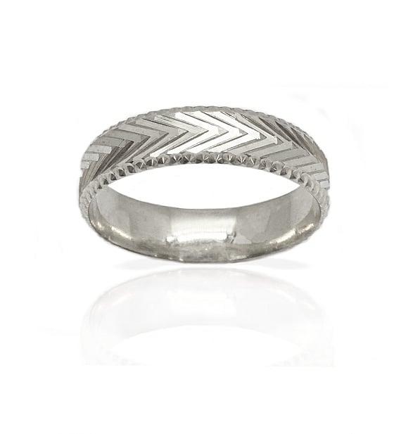 טבעת נישואין עם כדורי זהב עדינים וחריטות בזהב 14 קרט- דגם M206