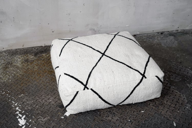 פוף טבעי - לבן עם עיטור בשחור