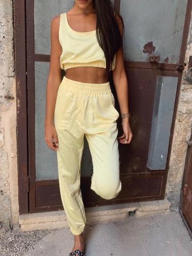 חליפת מכנס וטופ סאטן צהוב