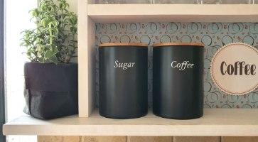 פינת קפה מעוצבת ומסודרת מעץ