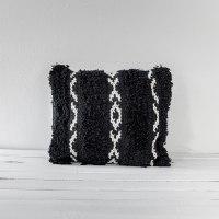 כרית שאגי מרובעת - רקע שחור עם עיטור לבן