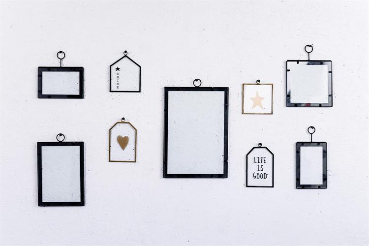 קיר מעוצב עם 5 מסגרות ו 4 שלטי זכוכית