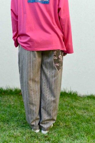 מכנסיים מדגם נור מבד כותנה מגורד (מזכיר פלנל) עם פסים על רקע חום