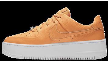 נעלי נשים נייק אייר פורס 1 פלטפורמה צבע כתום דגם AR5339 800