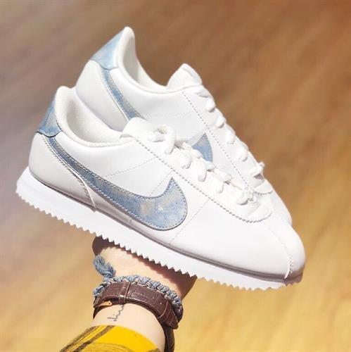 נעלי נשים נייק קורטז צבע לבן/כסף דגם AH7528 - 103