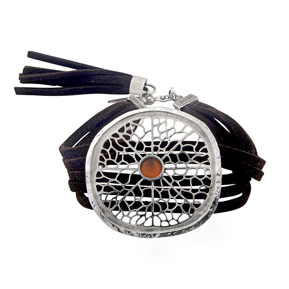 צמיד רחב ממקבץ רצועות עור שחור פרוסת תפוז גדולה בתוספת גדיל מרצועות עור מקולקציית BOHOTANIC פרדס
