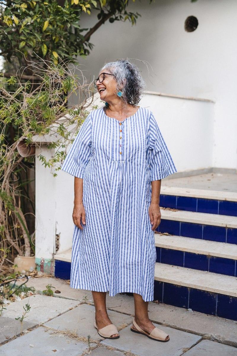 שמלה מדגם דניאלה - פסים לבן ג׳ינס