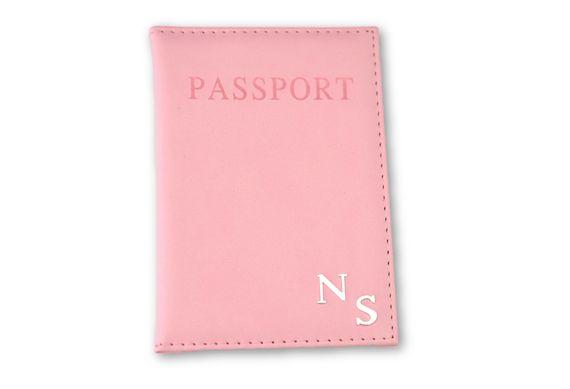 כיסוי לדרכון ורוד בייבי עם אותיות כסף חלקות