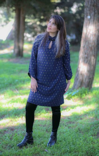 שמלת סופיה כחולה עם הדפס זהב עדין
