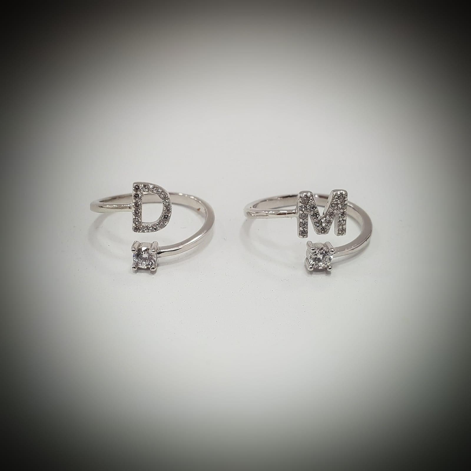 טבעת אות משובצת