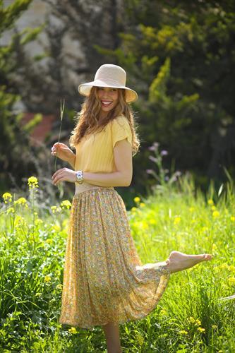 חצאית פרחונית צהובה.