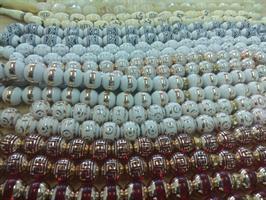 זוג שרשראות תפילה מוסלמיות (מסבחה) מרהיבות 33 חרוזים במגוון צבעים