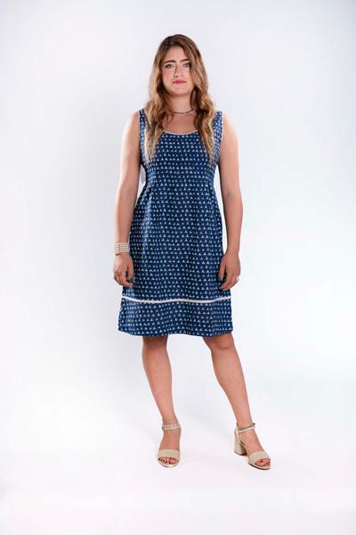 שמלת כתפיות עם חתך וקפלים כחול/לבן