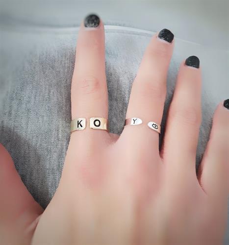טבעת עם חריטת אותיות