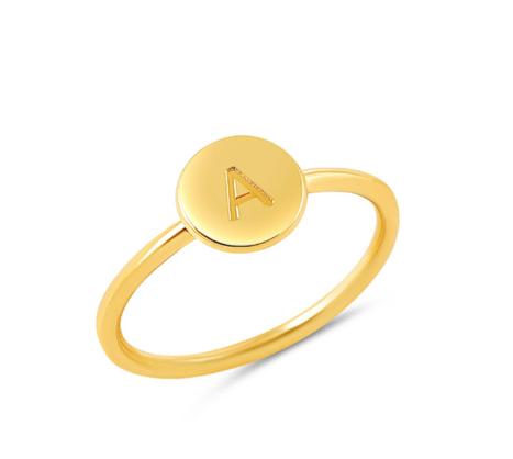 טבעת פס עם חריטה עמוקה ואות מוטבעת עליה
