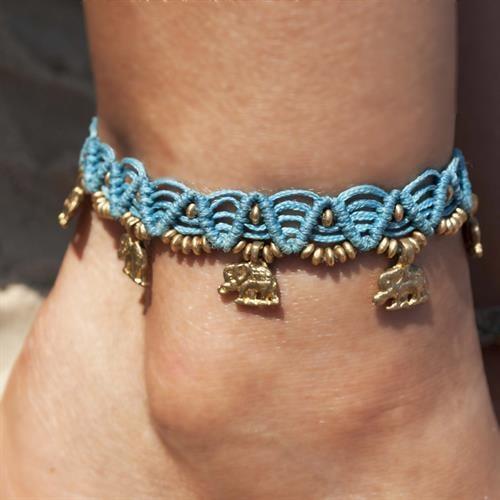 צמיד רגל מקרמה טורקיז עם חרוזי בראס ותליוני פילים