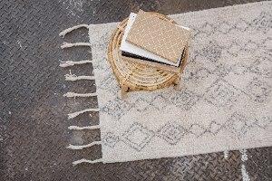 שטיח לבן עם דוגמה ופרנזים