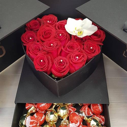 קופסא עם ורדים ושוקולד מקט 0092