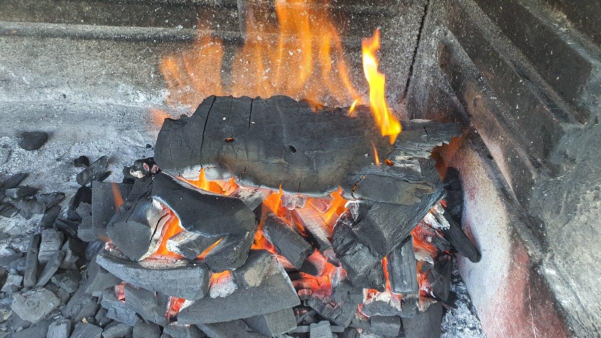 """פחם למנגל / גריל / מעשנה הדרים פחמי ארזי - שק של 4 ק""""ג"""