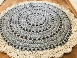 שטיח עגול, שטיח סרוג, שטיח עגול סרוג, שטיח סרוג דוגמת תחרה, שטיח עגול דוגמת וינטאג', שטיחים סרוגים, שטיח סרוג אפור, שטיח לחדר הילדים, שטיח לעיצוב הבית , ריבי עיצובים סרוגים