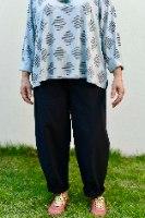 מכנסיים מדגם נור מבד קורדרוי בצבע שחור עם דוגמה