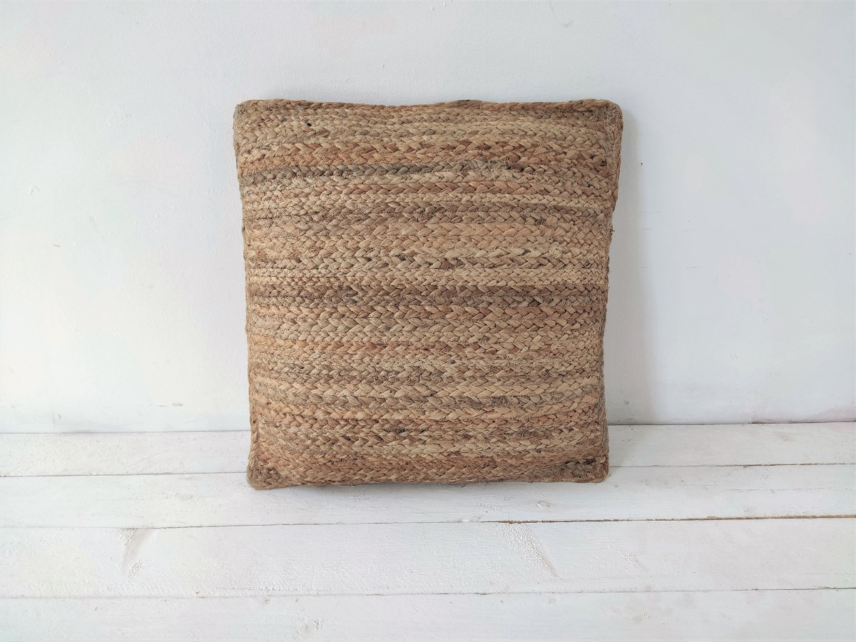 כרית מרובעת עשויה מחצלת יוטה