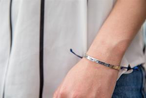 צמיד כסף מחובר לים ולחופש עם עיטור של גל בצבע כחול