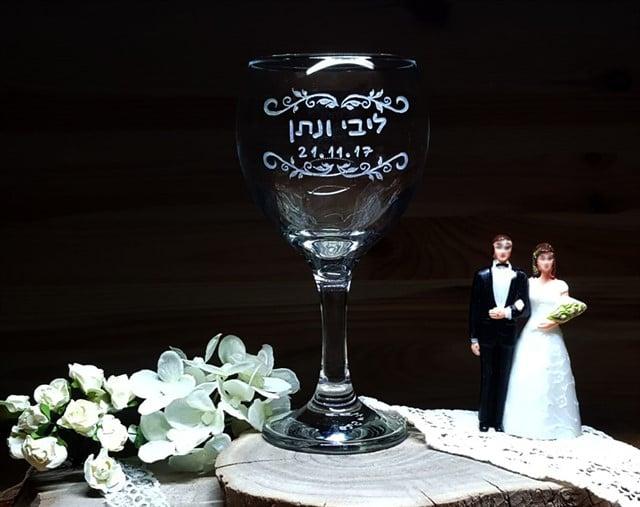 כוס חופה - עיטורי עלים ותאריך לועזי