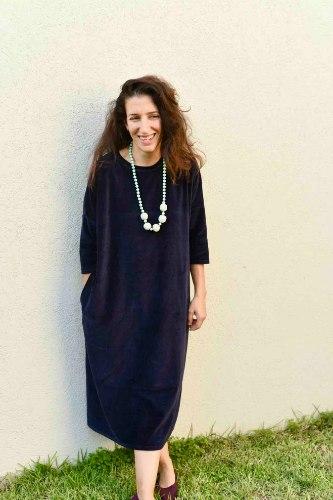 שמלה מדגם זוהר מבד קטיפה בצבע כחול כהה מאוד