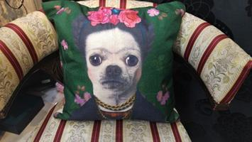 כרית דקורטיבית לעיצוב הבית ירוקה עם הדפס של כלב פרידה קאלו סטייל