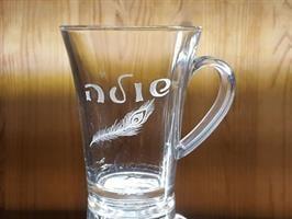 ספל זכוכית  עם חריטה אישית של שם ועיטור קטן