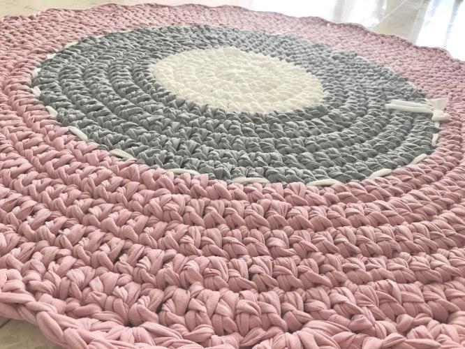 שטיח סרוג ומעוצב בגוונים מעושנים ובסגנון כפרי