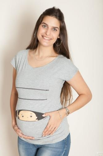 חולצת הריון קוקובו שרוול קצר - החולצה שתגדל עם ההריון שלך. החולצה עשויה מבד לייקרה איכותי עם הדפס מקסים והומוריסטי של תינוק מציץ מתוך רוכסן