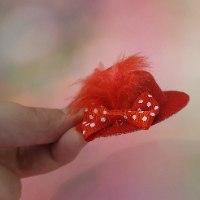 סיכת כובע אדום