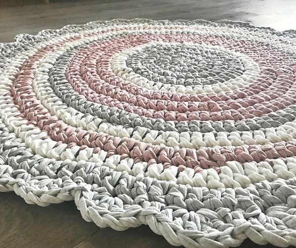 שטיח סרוג לחדר של ילדה בגוונים מעושנים ורכים של ורוד ואפור